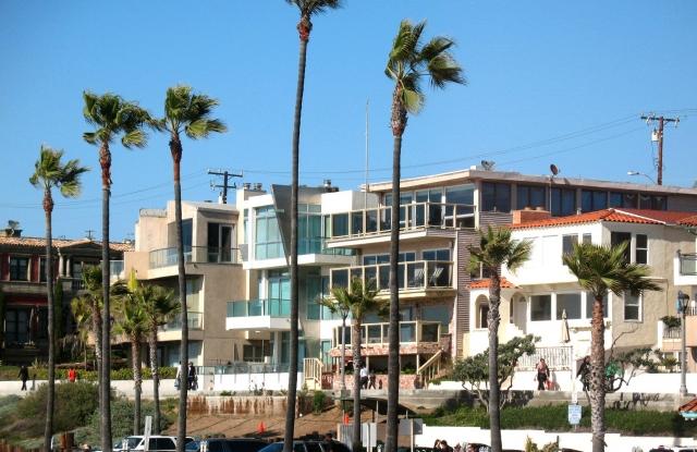 Manhattan Beach Strand Homes along bike path