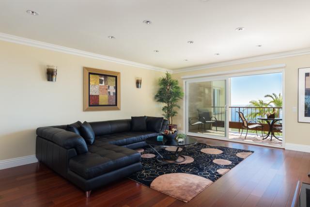 3200 La Rotonda Dr unit 211 Rancho Palos Verdes CA 90275 - Living room